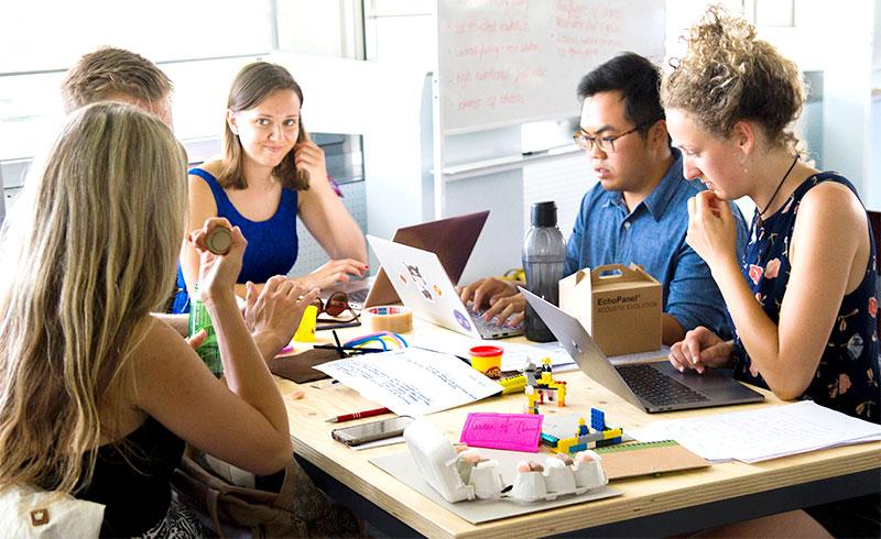 Chief Happiness Officer : Le métier consiste à créer des conditions de bien-être pour les salariés en étant à leur écoute et en leur proposant des améliorations au quotidien.