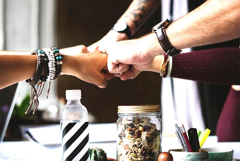 A mi-chemin entre le métier de créateur d'évènements et de médiateur, le responsable du bonheur au sein d'une entreprise doit se montrer à la fois créatif, dynamique et à l'écoute des autres.