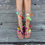 Sandales en cuir, « Piment mangue » Une sandale grecque d'antan classique faite de cuir véritable, orné de bracelets d'amitié coloré, pom pom, perles, pièces en acier, pierres semi-précieuses telles que les coraux, fildisi, turquoise. Une sandale qui rend votre journée avec ses couleurs d'été heureux ! Quand je les porte j'imagine les vacances d'été pleins de couleurs, les sons de plaisir et mon cocktail préféré « mango chili » servi avec fruits exotiques !