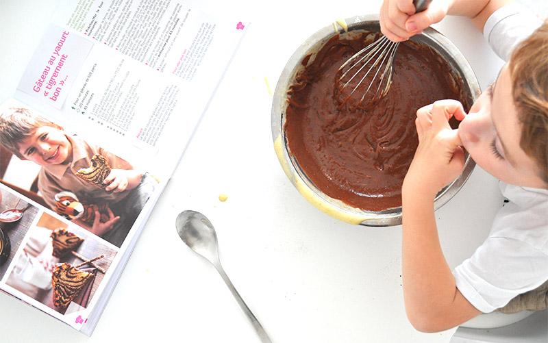 L'Atelier Green cuisine bio avec son pirate. Venez découvrir la recette d'un gâteau au yaourt tigrement bon ;)