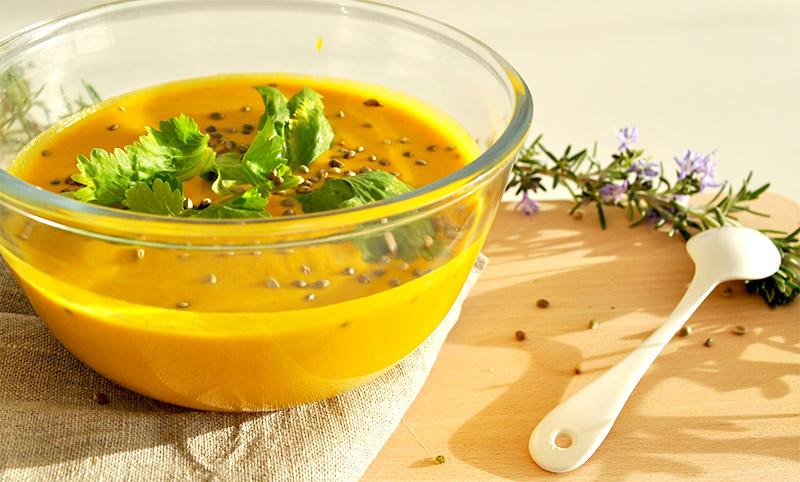 Une super recette de soupe à la carotte pour avoir bonne mine et les cuisses rose ;) À déguster sans attendre sur le blog green et lifestyle de L'Atelier Green.