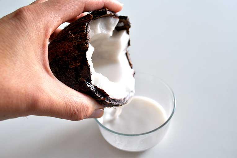 Avec la coco, on peut tout faire! Même le lait de coco pour accompagner tous vos petits plats et smoothies ;)