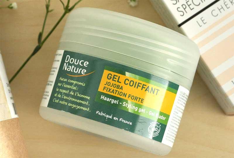 Le gel coiffant de Douce Nature est composé d'agents naturels fixants pour une fixation forte sans coller
