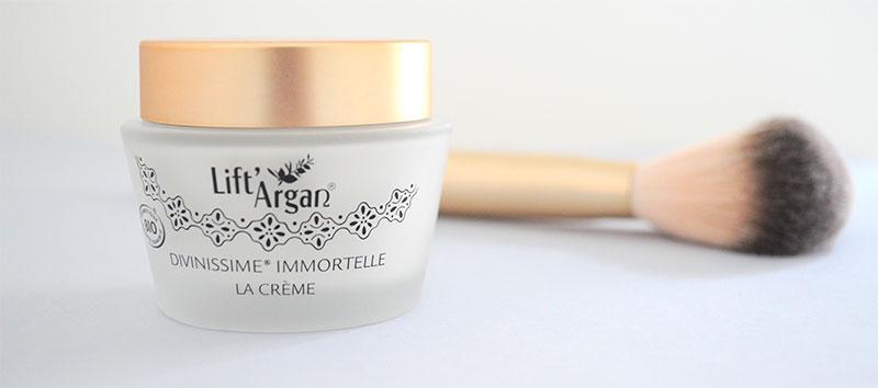 La crème Divinissime® Immortelle, hautement concentrée en huiles précieuses, insuffle à la peau un confort inouï