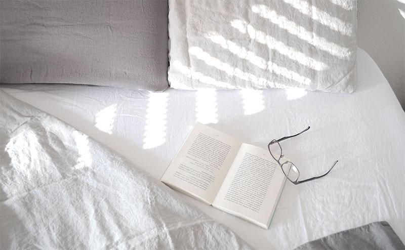 Le lin, c'est du luxe durable. En plus d'être incroyablement agréables sur la peau, saviez-vous que les draps en lin avaient une durée de vie deux fois plus longue que celle des draps ordinaires ? Durables, on vous dit !