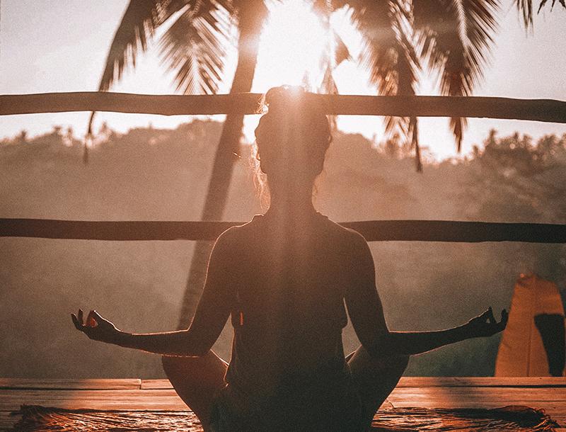le yoga est une merveilleuse pratique de beauté dont n'importe qui peut pratiquer. C'est un excellent exercice qui aide à réduire les niveaux de stress, diminuer la pression artérielle, soulager les symptômes d'anxiété et de dépression, et peut vous faire paraître et sentir plus jeune et plus heureuse.