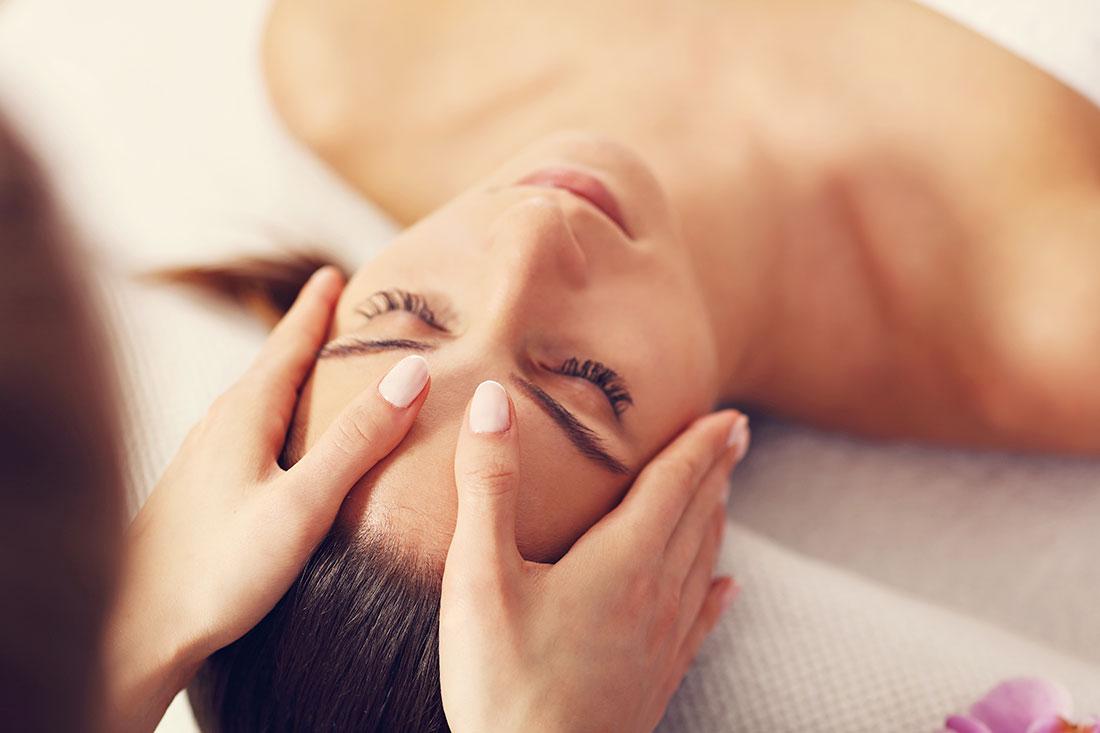 Facialiste est une experte de la beauté, spécialisée en massages du visage,