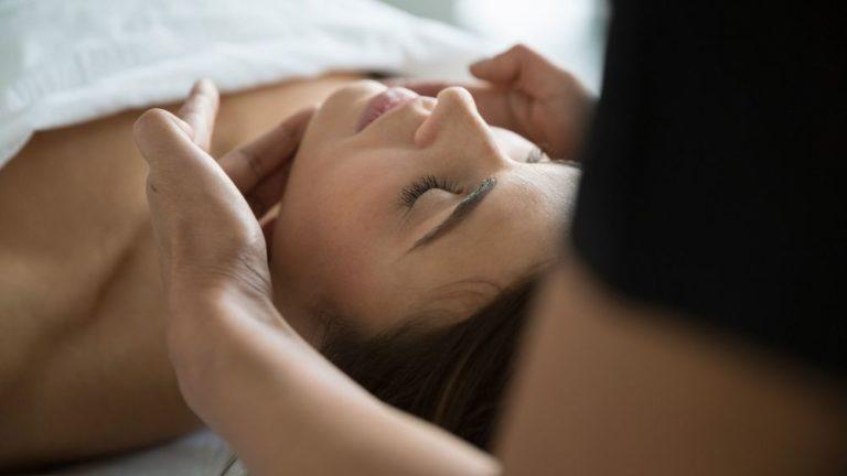 une facialiste a suivi une formation en esthétique et s'est ensuite spécialisée dans plusieurs types de soins du visage