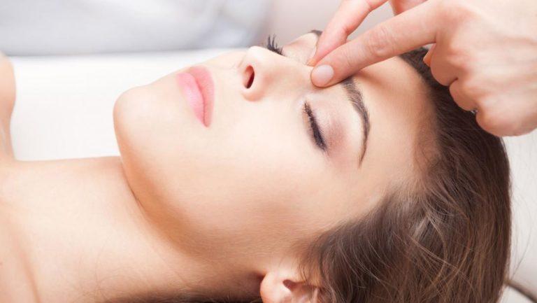 Eclat, fermeté et rides : boostez l'efficacité de vos soins visage avec un massage du visage anti-âge.